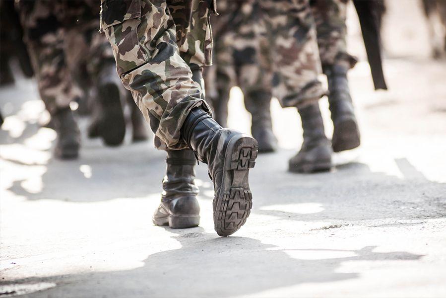 Photographie de militaires en tenue marchant au pas. SIPPRO Solutions IP Protection travaille régulièrement avec les ministères de la justice et de la defense pour la sûreté et la surveillance des installations.