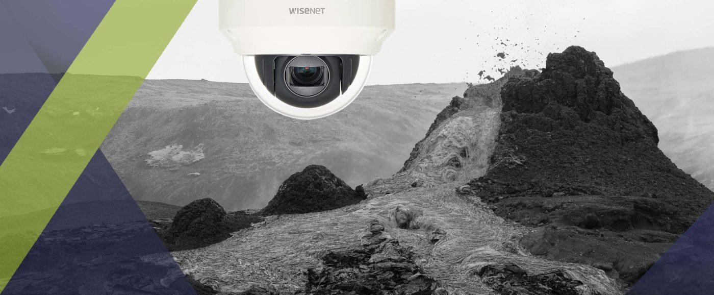 Une caméra de la gamme Wisenet produite par Hanwha Techwin et distribuée par SIPPRO Solutions IP Protection, installée au plus près de l'éruption volcanique en cours depuis mars 2021 en Islande.